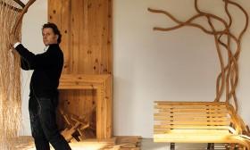 Pablo Reinoso sosteniendo su silla