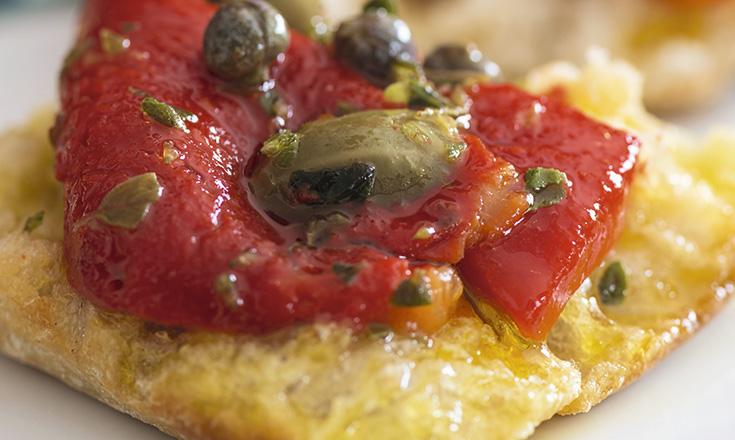 Pimentones asados con ajo y anchoas en aceite de oliva