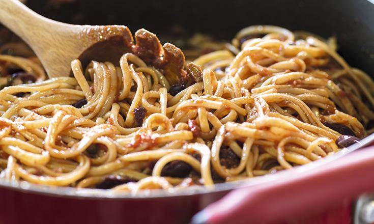 Spaghetti alla puttanesca alla napoletana