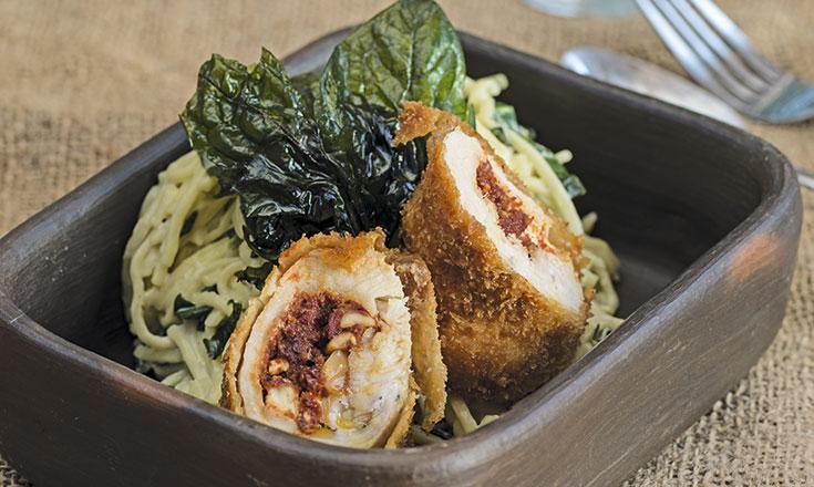 Roulade de pollo relleno y pasta con salsa de espinacas