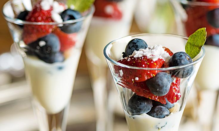berries con salsa de limon y menta nicole etchebarne