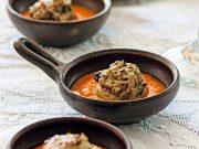 champiñones rellenos con aceitunas y tocino sobre salsa de pimientos y almendras revista ed