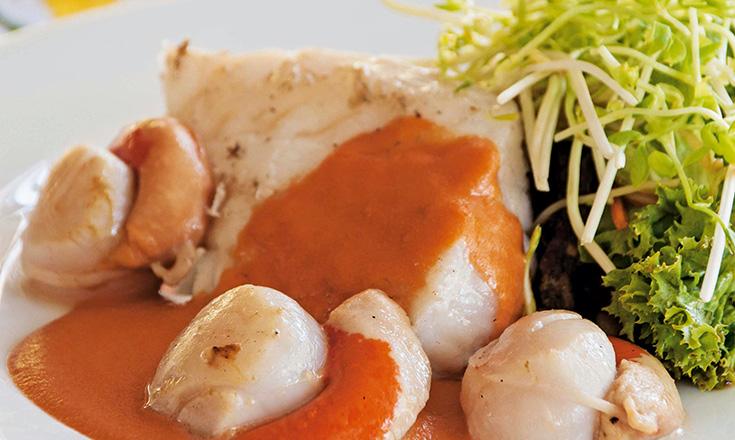 congrio con ostiones, salsa de coral y ensalada thai revista ed