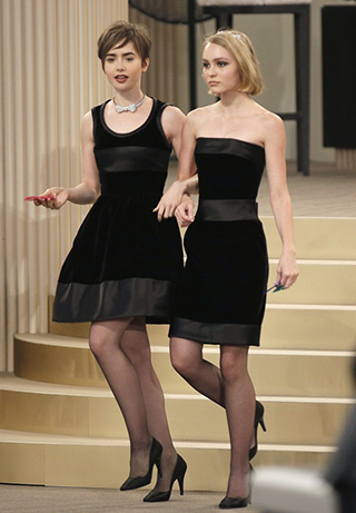 Lily Collins y Lily Rose Deep en el desfile de Chanel
