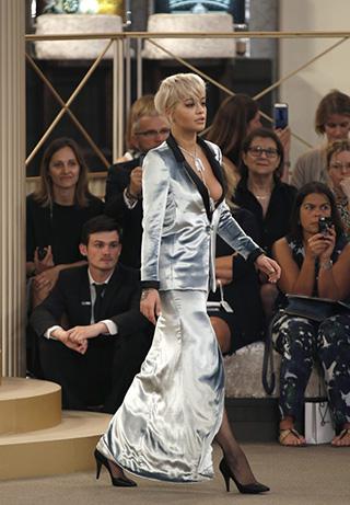 Rita Ora en el desfile de Chanel