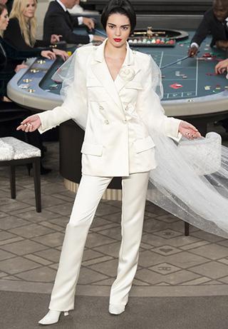 Kendall Jenner cerrando el desfile de Chanel en un traje de novia de dos piezas