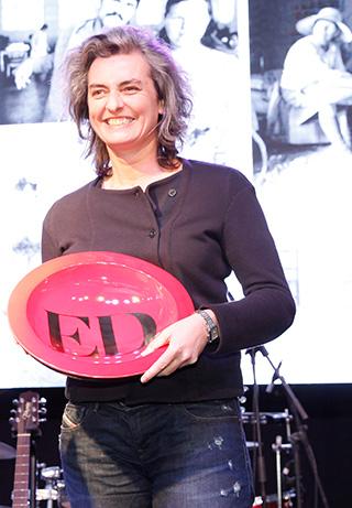 Elodie fulton, recibiendo el premio a Mejor Fotógrafa a nombre de Paz Errázuriz