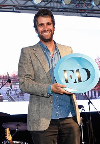 Juan Ignacio Cerda recibiendo el premio a Mejor Arquitecto representando a la oficina Elemental