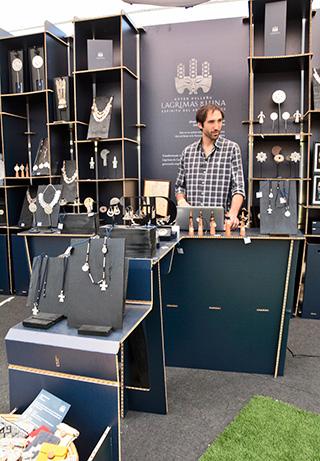 Nicolás Tocigl, socio de la tienda Lágrimas de Luna, ganador del Premio de la Prensa a Mejor Stand