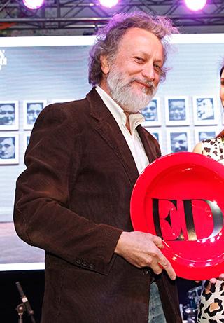 Roberto Farriol, director del Museo Nacional de Bellas Artes, recibiendo el premio a la Mejor Exposición del año