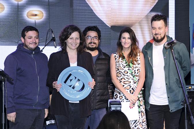 Sebastián Rozas, Tamara Pérez, Guillermo Parada y Victor Imperiale, ganadores del premio a Mejor Diseñador, junto a Magdalena Bock